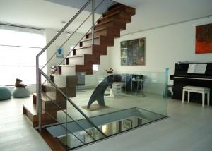 Glazen veiligheidsglas naast de trap