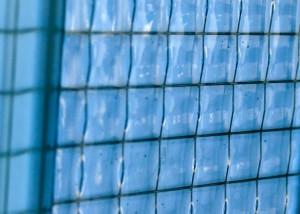 Bij de fabricage van draadglas wordt een metalen draadraster in het glas gewalst om zo het glas te versterken.